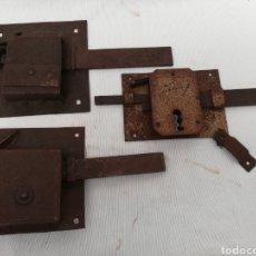 Antigüedades: LOTE 3 GRANDES CERRADURAS ANTIGUAS DE HIERRO FORJA. SIN LLAVE.. Lote 149891318