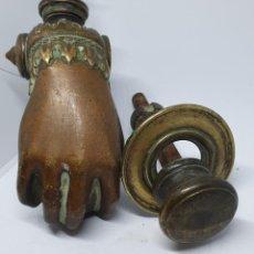 Antigüedades: MAGNICO LLAMADOR ANTIGUO EN BRONCE,EN FORMA DE MANO MUY REAL . Lote 149901434