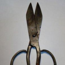 Antigüedades: ANTIGUAS TIJERAS FORJA DE HIERRO - MARCA HERRERO FABRICANTE - 18CM. Lote 150060418