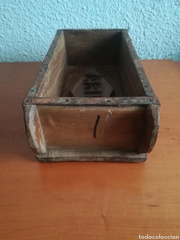 Antigüedades: Antiguo molde para la fabricación de ladrillos HIRA - Decoración rústica vintage - Foto 6 - 150076006