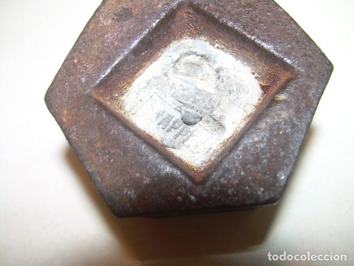 Antigüedades: ANTIGUO PONDERAL DE HIERRO Y CON MARCA EN LA BASE DE PLOMO. - Foto 3 - 150117246