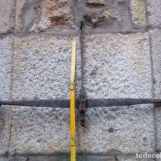 Antigüedades: ANTIGUA BALANZA DE BRAZO HIERRO FORJA, COMIENZOS DEL XX, 77CM, LA DE LA FOTO, 2.5KG + INFO Y FOTOS. Lote 150263774