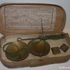 Antigüedades: ANTIGUA BALANZA CON DOS PESAS CUÑOS DE BARCELONA..CON SU CAJA ORIGINAL.. Lote 150308378