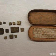Antigüedades: MAGNÍFICO LOTE DOS CAJAS AUTÉNTICAS DE ÉPOCA, BALANZA PESAR MONEDAS DE ORO Y OTRA CON PONDERALES. Lote 150361098