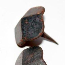 Antigüedades: PAREJA DE CURIOSOS CLAVOS RUSTICOS 4 CARAS. 3 X 3 CMS. Lote 150566262