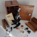 Antigüedades: ANTIGUO MICROSCOPIO CON SU CAJA Y MUCHOS ACCESORIOS, ALEMANIA. Lote 150661642