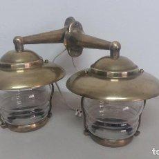 Antigüedades: 2 LAMPARAS DE USO NAVAL DE LATON Y PANTALLA DE CRISTAL. Lote 150734690