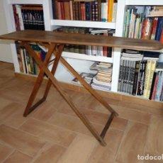 Antigüedades: ANTIGUA TABLA DE MADERA PARA PLANCHAR. 137X24X76 CM. AÑOS 20. RESTAURADA. Lote 150749814
