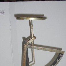 Antigüedades: (M) ANTIGUA BALANZA / BASCULA - PARA PESAR CARTAS METAL - HIERRO 26 CM. DE ALTURA . Lote 150924370