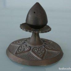 Antigüedades: ANTIGUO POMO TIRADOR EMBELLECEDOR DE BRONCE O LATON CON RELIEVES DIAMETRO 8,3 CM – FONDO 8 CM . Lote 151017826