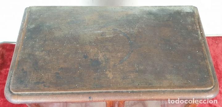 Antigüedades: BALANZA DE PRECISIÓN. MUEBLE DE MADERA. PONDERALES DE BRONCE Y METAL. SIGLO XIX-XX - Foto 2 - 151209642