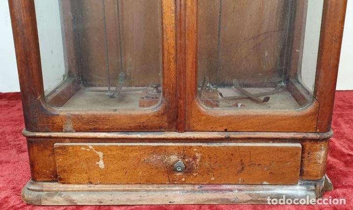 Antigüedades: BALANZA DE PRECISIÓN. MUEBLE DE MADERA. PONDERALES DE BRONCE Y METAL. SIGLO XIX-XX - Foto 3 - 151209642