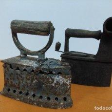Antigüedades: LOTE DE ANTIGUA PLANCHA DE CARBON MODELO CHIMENEA Y OTRO MODELO. Lote 151300486