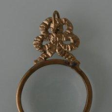 Antigüedades: ANTIGUA COLGANTE PARA COLGAR LUPA CON ADORNOS EN RELIEVE DE BRONCE O LATON – SIN CADENA . Lote 151532810