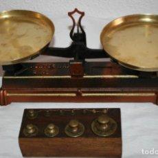 Antigüedades: BONITA BALANZA DE SOBREMESA RESTAURADA CON DOS PLATOS + JUEGO DE PESAS DE BRONCE EN SOPORTE DE NOGAL. Lote 151606238