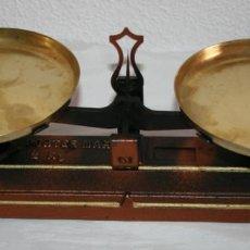 Antigüedades: BONITA BALANZA DE SOBREMESA RESTAURADA CON DOS PLATOS. Lote 151610622