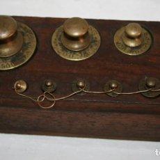 Antigüedades: ANTIGUO JUEGO DE PESAS DE BRONCE EN SOPORTE DE NOGAL. Lote 151611066