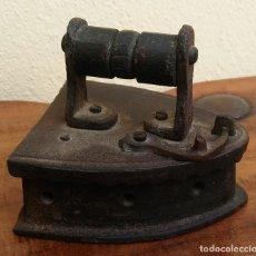 Antigüedades: ANTIGUA Y RARA PLANCHA DE JUGUETE DE HIERRO FUNDIDO CON ASA DE MADERA. PERFECTO ESTADO. Lote 151647374