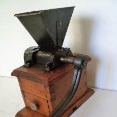Antigüedades: MOLINILLO DE CAFÉ DE LOS DENOMINADOS -DE FARMACÉUTICO-. ALEMANIA. CA. 1850/1900. Lote 151667154