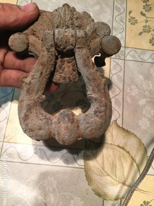 Antigüedades: Antiguo picaporte / llamador de hierro colado de los años 20-30 forma de argolla - Foto 5 - 151906366