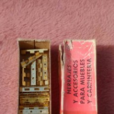 Antigüedades: ANTIGUA CAJA DE HERRAJES PARA MUEBLES. RESTO DE CARPINTERIA. Lote 151960114