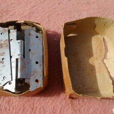 Antigüedades: ANTIGUA CAJA DE BISAGRAS, PERNIOS. RESTO DE ANTIGUA FERRETERIA. Lote 151965462