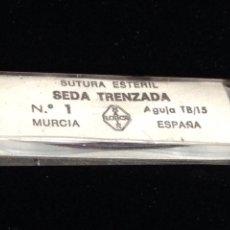 Antigüedades: ANTIGUA SEDA TRENZADA CON AGUJA CURVA,SUTURA ESTERIL.. Lote 152006416