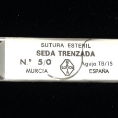 Antigüedades: ANTIGUA SEDA TRENZADA CON AGUJA CURVA,SUTURA ESTERIL.. Lote 152007416