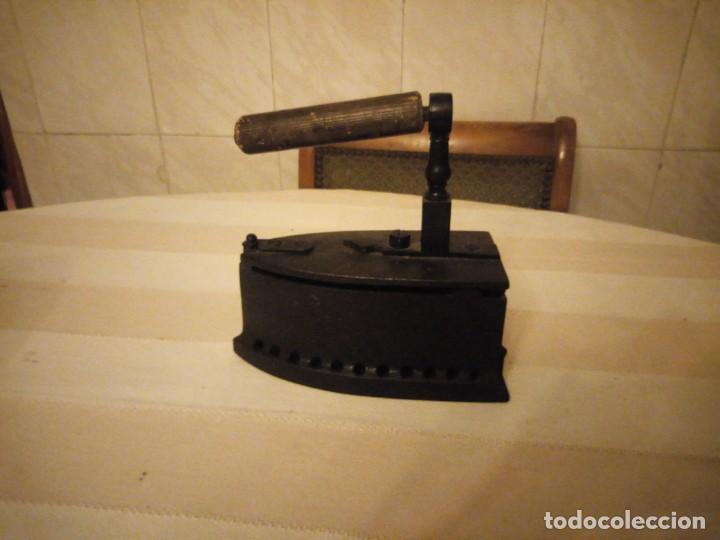 ANTIGUA PLANCHA DE CARBÓN,HECHA DE HIERRO FUNDIDO Y MANGO DE MADERA. (Antigüedades - Técnicas - Planchas Antiguas - Carbón)