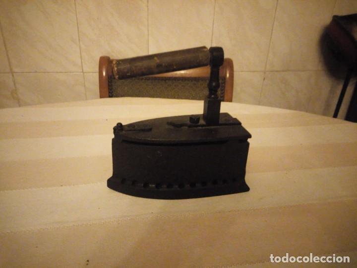 Antigüedades: Antigua plancha de carbón,hecha de hierro fundido y mango de madera. - Foto 2 - 152049914