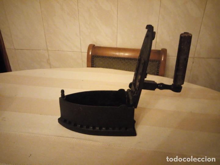 Antigüedades: Antigua plancha de carbón,hecha de hierro fundido y mango de madera. - Foto 3 - 152049914