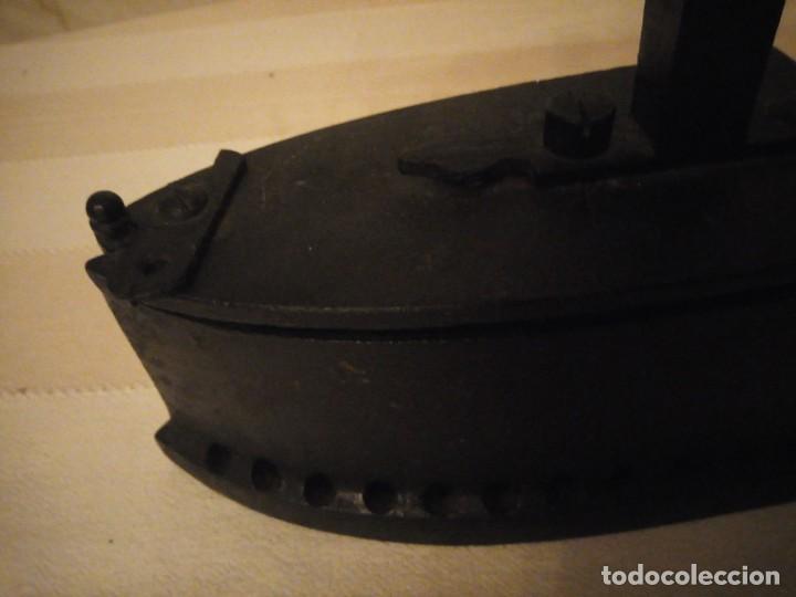 Antigüedades: Antigua plancha de carbón,hecha de hierro fundido y mango de madera. - Foto 5 - 152049914