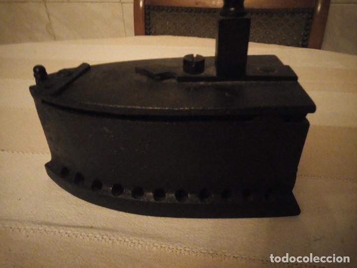 Antigüedades: Antigua plancha de carbón,hecha de hierro fundido y mango de madera. - Foto 6 - 152049914