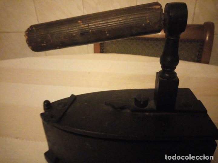 Antigüedades: Antigua plancha de carbón,hecha de hierro fundido y mango de madera. - Foto 7 - 152049914