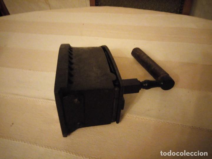 Antigüedades: Antigua plancha de carbón,hecha de hierro fundido y mango de madera. - Foto 8 - 152049914