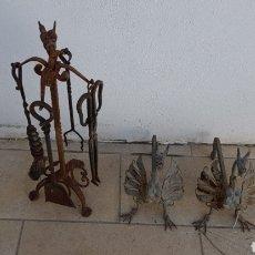 Antigüedades: CONJUNTO MODERNISTA DE HIERRO FORJADO ESTANTE DRAGON Y MORILLOS PARA EL FUEGO TIERRA. Lote 152204128