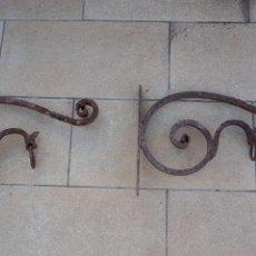 Antigüedades: DOS SUPORTES GRANDES DE HIERRO FORJADO CON DRAGON. Lote 152218562