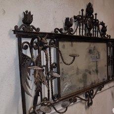 Antigüedades: ESPEJO CON PERCHAS DE HIERRO FORJADO Y DRAGONES. Lote 152220828