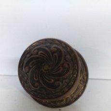 Antigüedades: POMO O TIRADOR DE PUERTA DE BRONCE, VINTAGE,. MUY BONITO. Lote 152356008