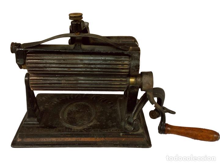 ANTIQUÍSIMA MÁQUINA DE ALISAR TELAS, 1887, (Antigüedades - Técnicas - Varios)