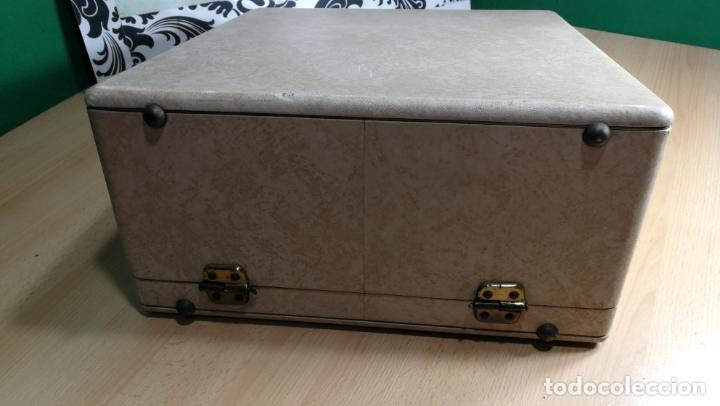 Antigüedades: Maquina de escribir de viaje Olivetti Super Luxe, de gran calidad, muy cuidada - Foto 3 - 152652082