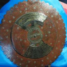 Antigüedades: CALENDARIO PEPETUO DE LATON AÑOS 1978 AL 2077 CON BONITA DECORACIÓN LITOGRAFIADA-18X18. Lote 152800518