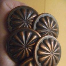 Antigüedades: LOTE CINCO TIRADORES POMOS METAL CIRCA 1920. Lote 152947338