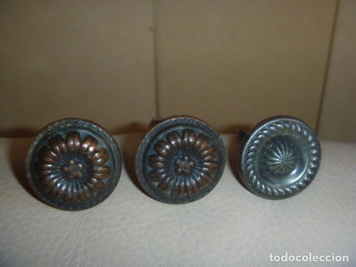 LOTE TRES TIRADORES POMOS METAL CIRCA 1920 (Antigüedades - Técnicas - Cerrajería y Forja - Tiradores Antiguos)