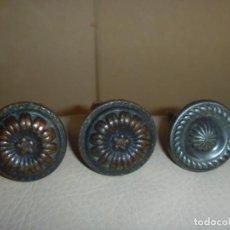 Antigüedades: LOTE TRES TIRADORES POMOS METAL CIRCA 1920. Lote 152958022