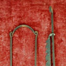 Antigüedades: ANTIGUO COLGADOR DE ALTURA REGULABLE. HIERRO FORJADO. SIGLO XIX. . Lote 153088762