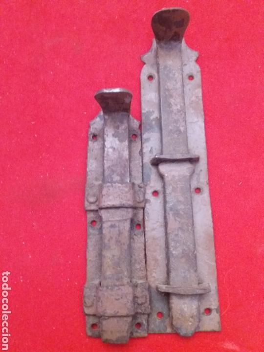 LOTE DE ANTIGUOS PESTILLOS DE FORJA 1 16 CM DE LARGO Y OTROS 12 CM DE LARGO (Antigüedades - Técnicas - Cerrajería y Forja - Pestillos Antiguos)