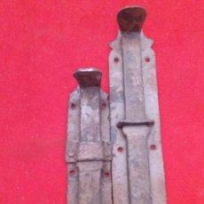 Antigüedades: LOTE DE ANTIGUOS PESTILLOS DE FORJA 1 16 CM DE LARGO Y OTROS 12 CM DE LARGO. Lote 153099560