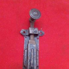 Antigüedades: ANTIGUO PESTILLO DE FORJA DE 15 CM DE LARGO. Lote 153099908