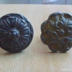 Antigüedades: LOTE DOS TIRADORES METAL POMOS MOTIVOS FLORALES GEOMÉTRICOS CIRCA 1920. Lote 153140398